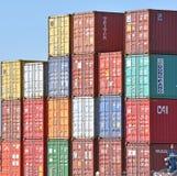 Εμπορευματοκιβώτια που συσσωρεύονται συνδυασμένα στο ναυπηγείο φορτίου στοκ εικόνες
