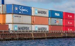 Εμπορευματοκιβώτια που τοποθετούνται στην ακτή Στοκ Φωτογραφίες