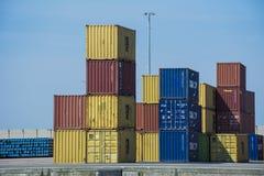 Εμπορευματοκιβώτια στην ακτή η μια πάνω από την άλλη Στοκ φωτογραφία με δικαίωμα ελεύθερης χρήσης
