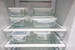 Εμπορευματοκιβώτια τροφίμων γυαλιού με το άσπρο πλαστικό καπάκι στοκ φωτογραφία με δικαίωμα ελεύθερης χρήσης