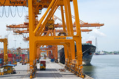 Εμπορευματοκιβώτια φόρτωσης γερανών ακτών στο σκάφος φορτίου Στοκ εικόνα με δικαίωμα ελεύθερης χρήσης