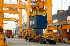 Εμπορευματοκιβώτια φόρτωσης γερανών ακτών στο σκάφος φορτίου Στοκ Φωτογραφίες