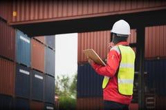 Εμπορευματοκιβώτια φόρτωσης ελέγχου επιστατών Στοκ εικόνα με δικαίωμα ελεύθερης χρήσης
