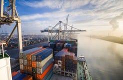 Εμπορευματοκιβώτια φόρτωσης φορτηγών πλοίων στο Ρότερνταμ στοκ φωτογραφία με δικαίωμα ελεύθερης χρήσης