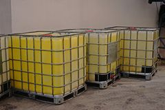 Εμπορευματοκιβώτιο για τη διαλυτική αποθήκευση στην αποθήκη εμπορευμάτων και το εργοστάσιο, πλαστικό τύμπανο αποθήκευσης στοκ φωτογραφία