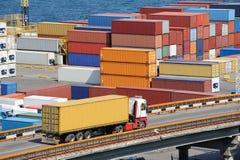 Εμπορευματοκιβώτιο μεταφορών truck στην αποθήκη εμπορευμάτων κοντά στη θάλασσα Στοκ φωτογραφίες με δικαίωμα ελεύθερης χρήσης