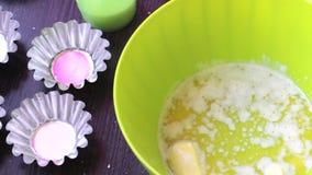 Εμπορευματοκιβώτιο με το λειωμένο βούτυρο και άλλα συστατικά για το μαγείρεμα των κέικ Μορφές για τα κέικ ψησίματος Στάση στον πί απόθεμα βίντεο