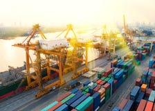 Εμπορευματοκιβώτιο, σκάφος εμπορευματοκιβωτίων στην εισαγωγή-εξαγωγή και επιχείρηση λογιστική, στοκ εικόνα