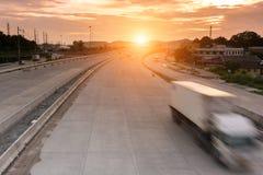 Εμπορευματοκιβώτιο φορτηγών στην παράδοση οδικής ταχύτητας Στοκ Φωτογραφία