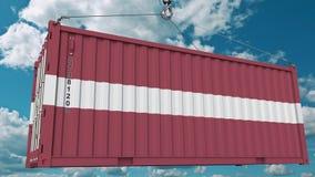 Εμπορευματοκιβώτιο φόρτωσης με τη σημαία της Λετονίας Η λετονική εισαγωγή ή η εξαγωγή αφορούσε την εννοιολογική τρισδιάστατη απόδ στοκ φωτογραφία