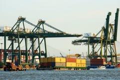 Εμπορευματοκιβώτιο φόρτωσης στο λιμένα, θαλάσσιες μεταφορές Στοκ φωτογραφία με δικαίωμα ελεύθερης χρήσης