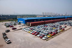 Εμπορεύματα κλάδων Chongqing διοικητικών μεριμνών Changan Minsheng Chongqing που φορτώνονται στο αυτοκίνητο τραίνων Στοκ φωτογραφία με δικαίωμα ελεύθερης χρήσης