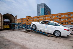 Εμπορεύματα κλάδων Chongqing διοικητικών μεριμνών Changan Minsheng Chongqing που φορτώνονται στο αυτοκίνητο τραίνων Στοκ εικόνα με δικαίωμα ελεύθερης χρήσης