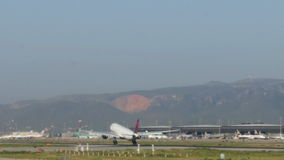 Εμπορικά αεροσκάφη που προσγειώνονται στον αερολιμένα της Βαρκελώνης απόθεμα βίντεο