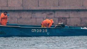 Εμπορικά αλιευτικά σκάφη στον ποταμό Neva απόθεμα βίντεο