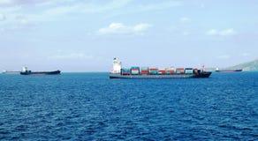 Εμπορικά σκάφη και σκάφη εμπορευματοκιβωτίων φορτίου που μπαίνουν στο λιμένα στοκ φωτογραφία
