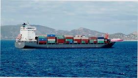 Εμπορικά σκάφη και σκάφη εμπορευματοκιβωτίων φορτίου που μπαίνουν στο λιμένα στοκ φωτογραφία με δικαίωμα ελεύθερης χρήσης