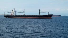 Εμπορικά σκάφη και σκάφη εμπορευματοκιβωτίων φορτίου που μπαίνουν στο λιμένα στοκ εικόνες