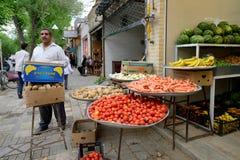 Εμπορικά φρέσκα λαχανικά ανθρώπων Στοκ εικόνες με δικαίωμα ελεύθερης χρήσης