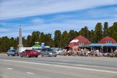 Εμπορικές σειρές στο πέρασμα Seminski βουνών στον ομοσπονδιακό δρόμο Μ 52 Chuysk Στοκ Φωτογραφία