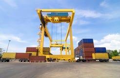 Εμπορική αποθήκευση γερανών και εμπορευματοκιβωτίων λιμένων με το φορτηγό Στοκ Φωτογραφίες
