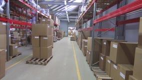 Εμπορική αποθήκη εμπορευμάτων με τα κιβώτια φιλμ μικρού μήκους