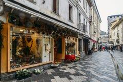 Εμπορική οδός κατά τη διάρκεια μιας βροχερής ημέρας στην ιταλική αλπική πόλη Aosta στη βορειοδυτική Ιταλία Στοκ Εικόνες