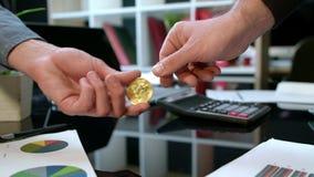 Εμπορική υπηρεσία Cryptocurrency Χρυσός μεταφοράς bitcoin από το χέρι στο χέρι φιλμ μικρού μήκους