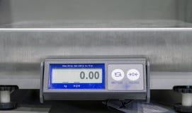 Εμπορική ψηφιακή κλίμακα βάρους ναυτιλίας στο γραφείο στοκ φωτογραφία