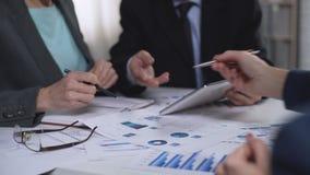 Εμπορικοί διευθυντές τμημάτων που κάνουν την έρευνα αγοράς, ομάδα που λειτουργεί, καταιγισμός ιδεών απόθεμα βίντεο