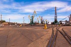 Εμπορικός λιμένας σε Kerch, τους γερανούς και το σιδηρόδρομο Στοκ εικόνα με δικαίωμα ελεύθερης χρήσης