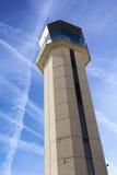 Εμπορικός πύργος ελέγχου αερολιμένων από τη στενή επάνω προοπτική με τον ουρανό που σταυρώνεται από τα αεριωθούμενα ίχνη Στοκ εικόνα με δικαίωμα ελεύθερης χρήσης