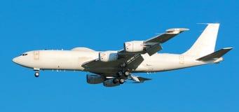 Εμπορικός πλησιάζοντας αερολιμένας μεταφορικών αεροπλάνων στοκ εικόνες