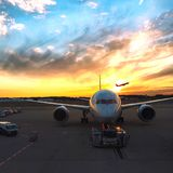 Εμπορικό αεριωθούμενο αεροπλάνο που απογειώνεται στον αερολιμένα Narita Στοκ φωτογραφία με δικαίωμα ελεύθερης χρήσης