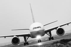 Εμπορικό αεριωθούμενο επιβατηγό αεροσκάφος κατά την μπροστινή άποψη Στοκ Εικόνες