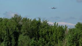 Εμπορικό αεροπλάνο που πλησιάζει με τα όμορφα βουνά στο υπόβαθρο φιλμ μικρού μήκους