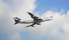 Εμπορικό αεροπλάνο που πετά στον ουρανό στοκ εικόνα με δικαίωμα ελεύθερης χρήσης