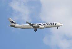 Εμπορικό αεροπλάνο που πετά στον ουρανό στοκ φωτογραφίες