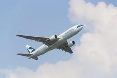 Εμπορικό αεροπλάνο που πετά στον ουρανό στοκ εικόνα