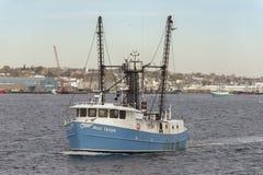 Εμπορικό αλιευτικό σκάφος η Δεσποινίς Taylor που διασχίζει το εσωτερικό λιμάνι του Νιού Μπέντφορτ στοκ φωτογραφία με δικαίωμα ελεύθερης χρήσης