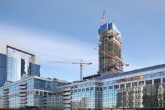 Εμπορικό κέντρο κάτω από την κατασκευή από τους ουρανοξύστες Μόσχα Στοκ εικόνες με δικαίωμα ελεύθερης χρήσης