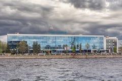 Εμπορικό κέντρο ` Aquatoria ` στο ανάχωμα Vyborgskaya, Άγιος-Πετρούπολη Στοκ εικόνα με δικαίωμα ελεύθερης χρήσης
