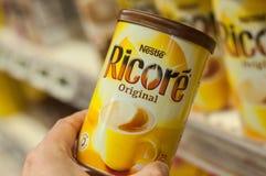 Εμπορικό σήμα Ricore του compagny κιβωτίου nestle του στιγμιαίου καφέ υπό εξέταση στην έξοχη υπεραγορά του U στοκ εικόνα με δικαίωμα ελεύθερης χρήσης