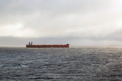 Εμπορικό φορτηγό πλοίο στον ωκεανό Στοκ εικόνα με δικαίωμα ελεύθερης χρήσης