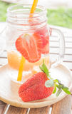 Εμποτισμένη κούπα νερού του αναζωογονώντας ποτού φρούτων μιγμάτων Στοκ Εικόνες