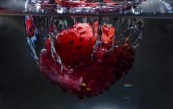 Εμποτισμένο detox νερό με το βακκίνιο, φράουλα στοκ εικόνες