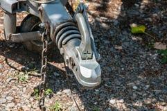 Εμπόδιο γάντζων ρυμουλκών με να ψαλιδίσει τη ρόδα μηχανισμών και jockey κοντά επάνω, εκλεκτική εστίαση Στοκ Φωτογραφία
