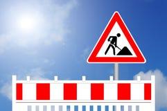Εμπόδιο κατασκευής με το σημάδι Στοκ φωτογραφία με δικαίωμα ελεύθερης χρήσης