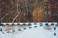 Εμπόδιο σιδήρου σε έναν δασικό δρόμο στο χιόνι στοκ φωτογραφία με δικαίωμα ελεύθερης χρήσης