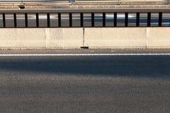 Εμπόδιο τσιμέντου στο δρόμο ασφάλτου στοκ φωτογραφία με δικαίωμα ελεύθερης χρήσης
